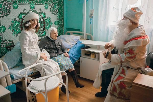 Координатор волонтеров фонда «Старость в радость» Анна Хатеева на новогоднем празднике в доме престарелых  014_rusrep_06-1.jpg