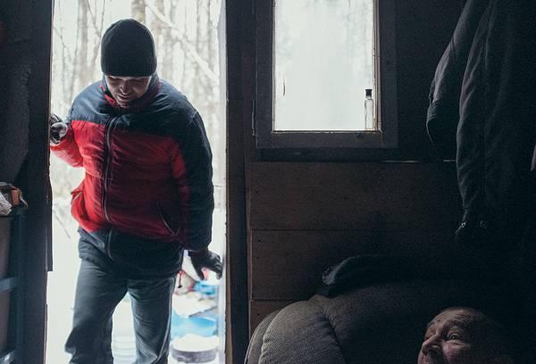 Савелий восемнадцать лет жил на улице. Свой первый домик он построил в этом году, обучившись собирать вагончики на стройке 037_rusrep_02-2.jpg Артур Бондарь специально для