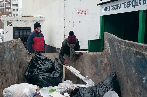 Бездомные жалуются: еще года два назад они собирали до 5 кг баночек и сдавали их по 50 рублей за кг. Но теперь конкуренцию им составили «домашние» 042_rusrep_02-2.jpg Артур Бондарь специально для