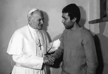 Фото из открытых источников Папа Иоанн Павел II простил покушавшегося на него Мехмета Али Агджу, по его по просьбе тот был помилован президентом Италии и выдан на родину